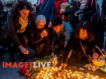 London, UK. 23rd March 2013. People light candles. Thousands of Londoners came to Trafalgar Square to attend a vigil called by London Mayor Sadiq Khan to show their respect for those killed and injured in yesterday's terror attack and to insist that Londoners will not be cowed and stand together against hatred and division. After speeches by police, Home Secretary and the Mayor there was a minute's silence and three large candles were lit. Many in the crowd also held candles or flowers and laid them in the square. Peter Marshall Images Live