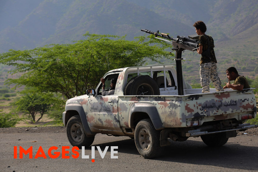 Pro-government forces have captured three important villages on a strategic route linking the city of Taiz to the western coast of Yemen